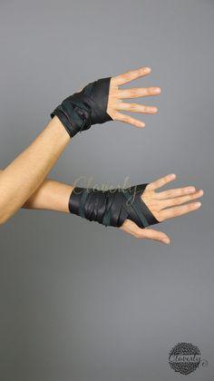 VERKAUF Schwarze Leder-Handbandage  Barbaren von CloverlyDesign