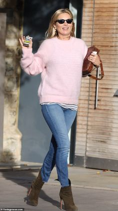 Kate Moss nails supermodel chic in pastel pink jumper in London Looking good: Kate Moss cemented her model credentials on Wednesday, turning heads as she … Chic Outfits, Trendy Outfits, Fashion Outfits, Girly Outfits, Fashion Clothes, Estilo Kate Moss, Moss Fashion, Kate Moss Style, Queen Kate