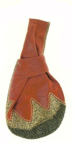 Bolsa de couro vermelho com fundo bordado e forro de cetim vermelho
