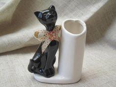 chat noir avec un joli petit nœud vase vintage 1960
