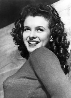 Norma Jean Dougherty — later to be known as Marilyn Monroe — poses for David Conover (before she went platinum blonde), the photographer credited with discovering her. Joven Marilyn Monroe, Young Marilyn Monroe, Marilyn Monroe Photos, Marilyn Monroe Brunette, Classic Hollywood, Old Hollywood, Marilyn Monroe Birthday, Stars D'hollywood, Actrices Hollywood