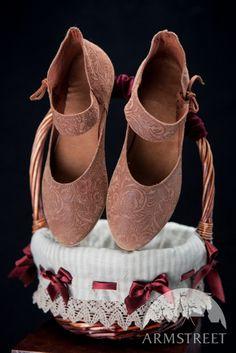 Scarpe medievali di pelle da donna http://armstreetitaly.com/negozio/calzature/scarpe-medievali-di-pelle-da-donna