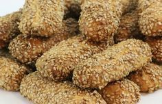 BISCOTTI REGINA~ Wonderfully aromatic, tender and crispy cookies covered in sesame seeds. Greek Desserts, Italian Desserts, Cookie Desserts, Cookie Recipes, Dessert Recipes, Italian Cake, Italian Sesame Seed Cookies, Italian Cookies, Italian Christmas Cookies