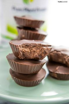 Store-bought peanut butter cups aren't good for you. Bonus, they're also full of protein, making them a more-filling, healthier option. Healthy Treats, Healthy Desserts, Raw Food Recipes, Alkaline Recipes, Alkaline Diet, Meal Recipes, Delicious Desserts, Energy Snacks, Protein Snacks