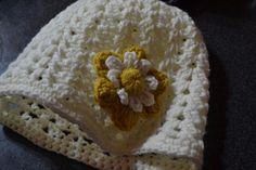 Gorro con aplicación de flor tejido a crochet