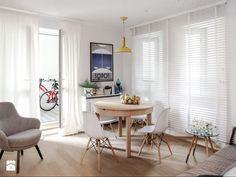 DOLNY MOKOTÓW - Średni salon z jadalnią z tarasem / balkonem, styl skandynawski - zdjęcie od PINKMARTINI