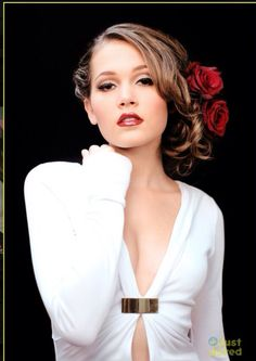 Kelli looks kind of like Taylor Swift. Haha