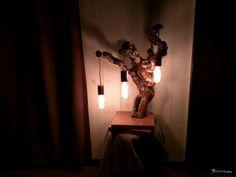 Lampe Rana Gast  Grande lampe en bois de récupération à partir d'un pied de vigne entier. Le socle de la lampe est une double lame de chêne teintée et vernie à l'eau. Le corps du luminaire est un cep de vigne entier et authentique du sud de la France. Le bois a été nettoyé, llissé, et vernis. Le cablage doré, en partie apparent, circule au grès des anfractuosités naturelles du bois. Enfin trois ampoules de type Edison donnent une douce lumlère chaude.