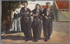 Drie jongens in Volendammer streekdracht.
