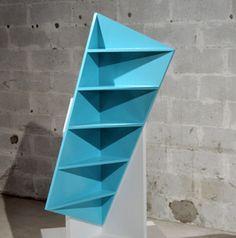 Trieta est une étagère qui trouvera sa place dans un angle. L'idée de faire un produit asymétrique est très graphique et le rendu est parfait. Trieta est designé par Marc Kandalaft.
