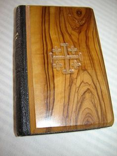Proissien Romain / Contenant un choix varie de prieres / Les indulgences d'apres la nouvelle collection du Cardinal Lauri / Special Olive wood cover from Jerusalem / No 1380 Imrimatur
