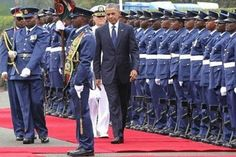 US President Barack Obama inspects a guard of honour on July 25, 2015 at the State House in Nairobi/AFP