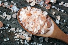 Health 10 Miraculous Benefits Of Himalayan Pink Salt - Himalayan salt is the purest of sea salts and one of the best sources of natural minerals on the planet. Here are 10 reasons you need to add it to your diet Natural Cures, Natural Health, Ayurveda, Pink Salt Benefits, Diy Masque, Coconut Health Benefits, Himalayan Pink Salt, Nutrition, Stop Eating
