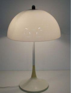 Te koop: geweldige, strak vormgegeven design tafellamp van het populaire merk Hala.   Doet qua vormgeving denken aan de Panthella van Verner Panton en aan de champignon-lampen van Dijkstra.   Komt uit de jaren '60 of '70 (Space Age!) Maten: H X B = 65 X 40 cm.   De kunststof onderdelen (kap en voet) zijn lichtelijk verkleurd; logisch effect van zoveel jaren oud. Verder geen beschadegingen. Werkt nog perfect! Materiaal: metalen voet, kunststof kap. Prijs: 70 euro