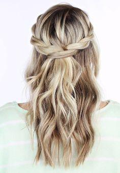 No te pierdas nuestra selección de peinados de trenzas fáciles ideales para bodas rusticas, boho/hippie o incluso las bodas playeras!