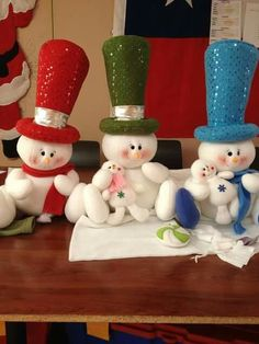 48 Amazing Hanging Ornament Ideas To Add Enliven Christmas DayChristmas is a magnificent time of the year. As Christmas approaches, one can see numerous traditions flowing in the air. Christmas Clay, Christmas Snowman, Christmas Projects, Christmas Holidays, Felt Christmas Decorations, Felt Christmas Ornaments, Hanging Ornaments, Snowman Crafts, Felt Crafts