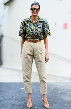 Giovanna Battaglia na LFW com Camisa Floral e Calça Cenoura