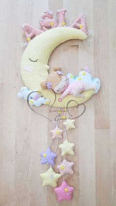 Baby staple birth on the moon Felt Crafts Diy, Baby Crafts, Diy Crafts To Sell, Crafts For Kids, Baby Mädchen Mobile, Felt Name Banner, Baby Zimmer, Felt Baby, Handmade Felt