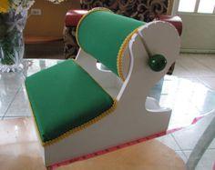 Mundillo hecho en madera con almohada para realizar encaje de bolillos. Dos almohadillas, para colocar patrones, agujas y bolillos. Hecho en Moca Puerto Rico la Capital del Mundillo  dimensiones:  altura: 10 longitud: 1 1/2 ancho: 10