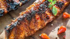 Maso a vůně grilovaných pochoutek patří k létu. Zkuste pro tentokrát zapomenout na rychlovky ve formě klobás, steaků či ryb a vsaďte na opravdovou lahůdku v podobě vepřových žeber. Ano, budete k tomu potřebovat více času, ale vězte, že za to bude stát.