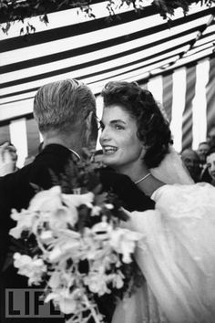 Wedding of Jackie Kennedy and JFK - Jacqueline Kennedy Wedding Dress Pictures Jacqueline Kennedy Onassis, Estilo Jackie Kennedy, Jackie Kennedy Wedding, Jfk And Jackie Kennedy, Les Kennedy, Jaqueline Kennedy, Carolyn Bessette Kennedy, Jacklyn Kennedy, Grace Kelly