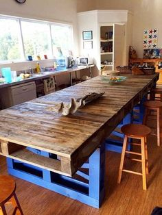 The Scandinavian decor is an excellent choice for small rooms and does not necessarily require a big budget. Bar En Palette, Palette Diy, Pallet Crafts, Pallet Ideas, Diy Pallet Furniture, Home Furniture, Beautiful Dining Rooms, Wooden Diy, Rustic Wood