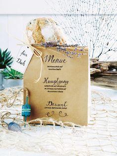 Ahoi, die Genusstour kann beginnen. Für die Menükarte einfach eine große Papiertüte beschriften und ein Brot hineinstecken.