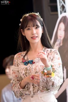 Want to try a subtle, adorable Korean bangs hairstyle for your next party? Go for one of these gorgeous bangs hairstyles here! Korean Bangs Hairstyle, Hairstyles With Bangs, Korean Beauty, Asian Beauty, Asian Woman, Asian Girl, Ulzzang, Foto Pose, Korean Celebrities
