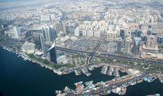 دیره در دبی قرار دارد و در اینجا خیابان های مارپیچ گویی یک دیگ در حال ذوب شدن را تشکیل داده اند. این دیگ در حال ذوب ملیت های مختلف را نشان می دهد.