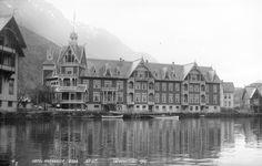 Jakten på arkitekten bak Hotel Central i Stryn Old Pictures, Norway, Scandinavian, Villa, Architecture, Image, Hardanger, Antique Photos, Arquitetura