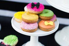 Donuts para festa do Dia das Mães em tons de rosa, laranja, amarelo e verde.