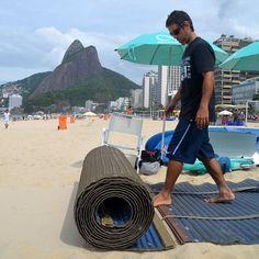 Acessibilidade um direito de todos! #adaptsurf #acessibilidade #beach #beachaccess #praiaacessivel #praiaparatodos #esteira #mobimat #leblon #rio #rio450 #rio2016 - www.mobi-mat.com