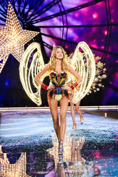 Watch #MarthaHunt strut down the runway in the first-ever set of LED @VictoriasSecret Angel wings embellished with crystals from Swarovski for the #VSFashionShow. Tune in at 10/9c on #CBS.