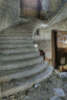 Vista interior de la Casa de Highland Park Court abandonada en Detroit.
