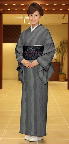 きものやまとオンラインショップ きもの遊び.net | 江戸小紋 洗えるプレタ着物 Japanese Kimono Dress, Japanese Costume, Lexus Is250, Yukata, Geisha, Costumes For Women, Sari, Culture, Hair Styles