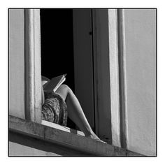 Reading is sexy Black And White Aesthetic, Black N White, Black And White Books, Book Photography, Street Photography, Book Aesthetic, Aesthetic People, Woman Reading, Girl Reading Book