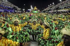 ...dann treten die Sambaschulen der Stadt im Sambadrom gegeneinander an und...