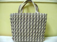 Resultado de imagen para macrame purses and bags Macrame Purse, Crochet Cable, Hemp Jewelry, Macrame Curtain, Art Bag, Baby Girl Crochet, Macrame Design, Macrame Projects, Tear