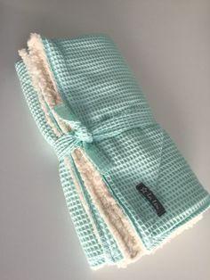 Wunderschöne Kuscheldecke aus Baumwolle mit Teddyfleece Innenseite  Diese Decke ist auf Lager und kann nach Zahlungseingang sofort versendet werden.