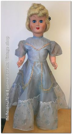 1960's Ιταλική κούκλα καναπέ ολόκληρη από βακελίτη.  Φοράει την αυθεντική της τουαλέτα, εσώρουχο, κάλτσες, παπούτσια.  Όλα τα μέρη κινούνται, τα μάτια ανοιγοκλείνουν. Το φόρεμα είναι σε καλή κατάσταση με λίγες φθορές, η κούκλα είναι σε πολύ καλή κατάσταση για την ηλικία τους.