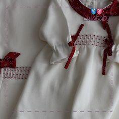 Conjunto Vestido com calça de pézinho marfim 100% algodão tricotado com gola e detalhes em tafetá, bordado estreito casa de abelha feito a mão.  Fornecedor: Petit Calin  http://www.lullababy.com.br/pd-FCD6F.html