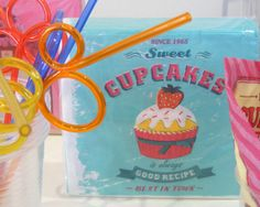 Une serviette jetable vintage avec décor cupcake et fraise. C'est une serviette dans le style années 50 au USA. Une série de serviette jetables pas cheres sur un theme actuel.
