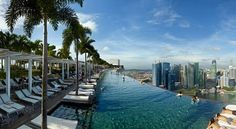 Marina Bay Sands in Singapore  Met haar drie torens, verbonden door een enorm dakterras, is 'Marina Bay Sands' het spectaculairste hotel van Singapore. In de 150 meter lange infinity pool kunnen gasten van dit hotel letterlijk langs de skyline zwemmen.