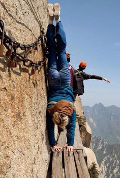From the world`s most scariest trail to bungee jumping into volcanoes, these are the most dangerous trips in the world. Photos Du, Cool Photos, Darwin Awards, Photo Voyage, Voyager Loin, Living On The Edge, Bungee Jumping, Parkour, Photos Of The Week
