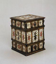 Rectangular lidded box. Wood, overlaid with bone panels 1560 Venice