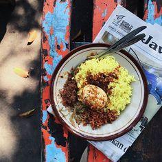 Nasi Kuning hidangan khas Indonesia banget ini gaes. Banyak daerah punya nasi kuning tapi ciri khasnya berbeda. Di tanah Jawa nasi kuning relatif pulen sedangkan di luar jawa bulir nasinya kepyar. Nah yang di foto ini Nasi Kuning Ambon khasnya pake Cakalang & sambel goreng kering Ubi.  Gaes punya referensi & foto-foto keren #kuliner khas Indonesia? Yuk ikutan kolaborasi di http://ift.tt/1B2pDFX. Sebuah collaborative visual directory yang mengajak orang INDONESIA UNTUK MELIHAT INDONESIA…