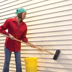This is how to clean vinyl siding like a pro - even the worst stains! Plus, the best vinyl siding wash to buy and how to make a homemade vinyl siding cleaner. Best Vinyl Siding, Cleaning Vinyl Siding, Vinyl Siding Cleaner, Siding Repair, Cleaning Recipes, Cleaning Hacks, Cleaning Checklist, Hacks Diy, Cleaning Supplies