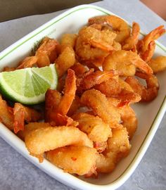Camarão empanado com um limão em cima Shrimp Recipes, Fish Recipes, Gourmet Recipes, Cooking Recipes, Carne Picada, Portuguese Recipes, Fish Dishes, Fish And Seafood, Other Recipes