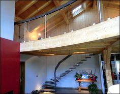 Escalier suspendu bois teinté arrivant sur mezzanine verre