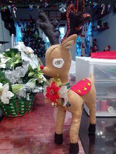 navidad con patrones: Renos Navideños Christmas Holidays, Christmas Ornaments, Sewing Dolls, Xmas Crafts, Dinosaur Stuffed Animal, Santa, Toys, Holiday Decor, Pattern